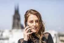 Germania, Colonia, ritratto di donna al telefono — Foto stock