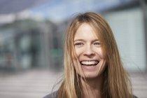 Ritratto di giovane donna ridente — Foto stock