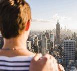 США, Нью-Йорк, женщина, смотрящая на городской пейзаж на смотровой площадке Рокфеллеровского центра — стоковое фото