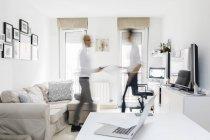 Due uomini occupati che si trasferiscono in ufficio a casa — Foto stock