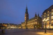Deutschland, hamburg, rathaus zur blauen stunde — Stockfoto