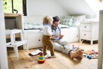 Père avec son petit fils travaillant à la maison — Photo de stock