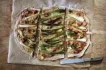 Flambee tarte vegano, cebolla de primavera y ruibarbo - foto de stock