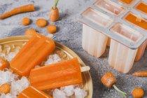 Gros plan des sucettes glacées de carotte — Photo de stock