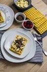Waffel garniert mit Bananen- und Schokoladenrasur — Stockfoto