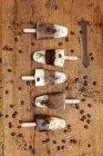 Caseiro Espresso Macchiato e Latte Macchiato piruetas de gelo com grãos de café em fundo de madeira — Fotografia de Stock