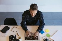 Homme d'affaires utilisant un ordinateur portable au bureau — Photo de stock