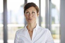Портрет деловой женщины в офисе дуться глядя вверх — стоковое фото