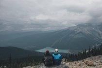 Canadá, Columbia Britânica, Parque Nacional de Yoho, caminhantes na montagem Burgess que olha o lago Esmeralda — Fotografia de Stock