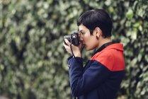 Giovane donna alla moda scattare foto con la macchina fotografica — Foto stock