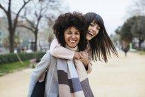 Spagna, Barcellona, ritratto di due donne felici che si divertono nel parco cittadino — Foto stock