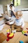 Pai com seu filho pequeno que trabalha da Home — Fotografia de Stock