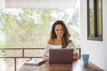 Женщина с помощью ноутбука дома — стоковое фото