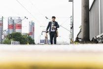 Homme d'affaires avec vélo en attente à la plate-forme — Photo de stock