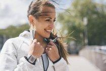 Portrait de jeune femme sportive souriante en plein air — Photo de stock