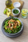 Shrimps with lamb's lettuce in bowl — Stock Photo