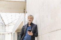 Homem maduro usando smartphone — Fotografia de Stock