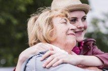 Счастливая старшая женщина со своей внучкой — стоковое фото