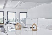 Архитектурные модели на столе в офисе — стоковое фото