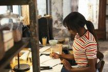 Молодая женщина работает за столом в лофте — стоковое фото
