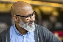 Портрет лисий афроамериканець людина з сірої бороди носіння окулярів — стокове фото