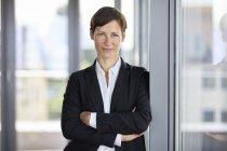 Retrato de mulher de negócios sorridente no cargo — Fotografia de Stock