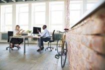 Kollegen in Start-up-Unternehmen sitzen im Büro und diskutieren — Stockfoto