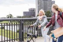 Nonna e nipote si divertono insieme — Foto stock