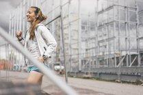 Happy sportive jeune femme debout à la thésaurisation — Photo de stock