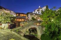 Босния-Герцеговина, Мостар, старый город, мост в синий час — стоковое фото