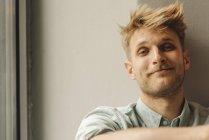 Портрет улыбающегося молодого человека, смотрящего в камеру — стоковое фото