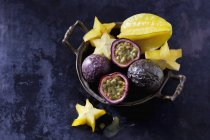 Primer plano de la fruta de la estrella y las frutas de la pasión - foto de stock