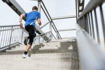 Uomo che corre su per le scale — Foto stock