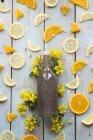 Bebida de chia em garrafa e fatia de laranja e limão em madeira — Fotografia de Stock