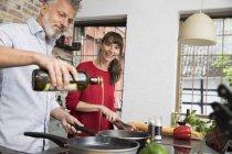 Coppia in cucina, preparazione cibo insiemealtri — Foto stock