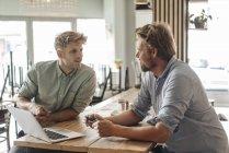 Деловые партнеры проводят встречу в новой стартап-компании — стоковое фото
