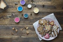 Gros plan des biscuits décorés au pain d'épice — Photo de stock