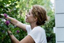 Профиль улыбающейся женщины садоводства на открытом воздухе — стоковое фото