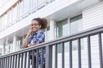 Glückliche junge afrikanisch-amerikanische Frau mit Brille — Stockfoto