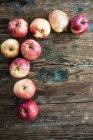 Manzanas para preparar tarta de manzana sobre madera - foto de stock