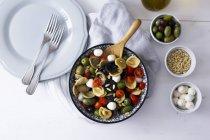 Orecchiette mediterránea con tomates, aceitunas, mozzarella - foto de stock
