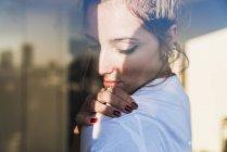 Portrait de jeune femme derrière vitre — Photo de stock