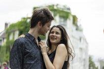 Щаслива молода пара в любові лицем до лиця в місті — стокове фото