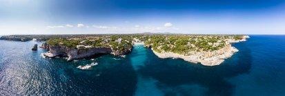 España, Islas Baleares, Mallorca, Vista aérea de la bahía de Cala Santanyi, playa y Roca Fesa - foto de stock