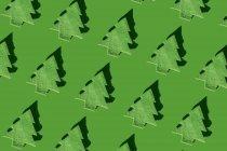 Корни зеленых елок на зеленой земле, 3D-рендеринг — стоковое фото