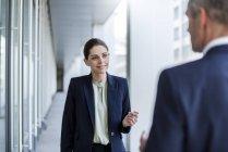 Ritratto di donna d'affari sorridente che ascolta il partner d'affari — Foto stock