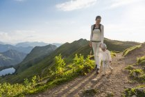 Германия, Бавария, Оберстдорф, мать и маленькая дочь в походе в горы — стоковое фото
