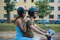 Casal equitação motor scooter na cidade — Fotografia de Stock