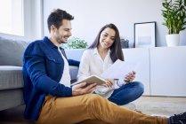 Pareja planeando un nuevo hogar juntos - foto de stock