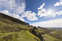 Великобритания, Шотландия, Внутренняя Шотландия, Остров Скай, Троттерниш, Куинг, вид на The Prison и Meall na Suzmach — стоковое фото